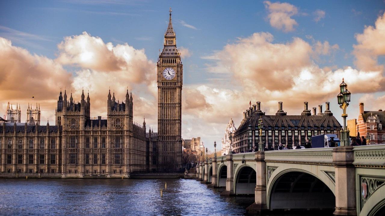 İngiltere'de tüketici güveni bir yılın en yüksek seviyesinde